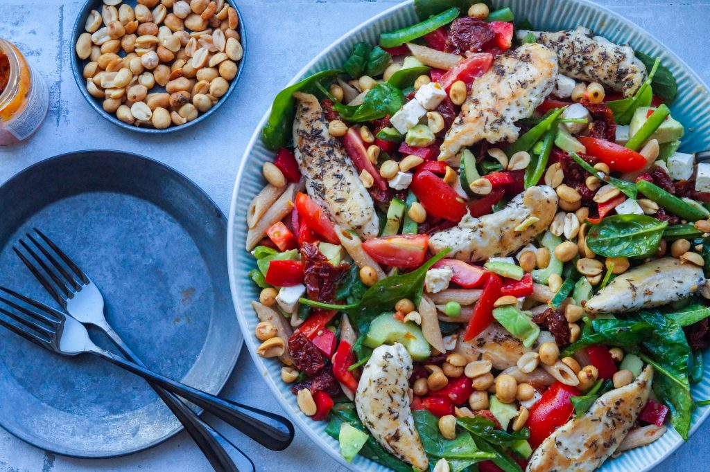 pastasalat med kylling og pesto