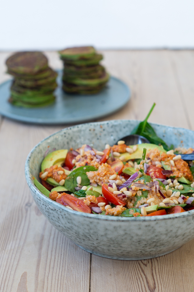 salat med peberfrugtpesto