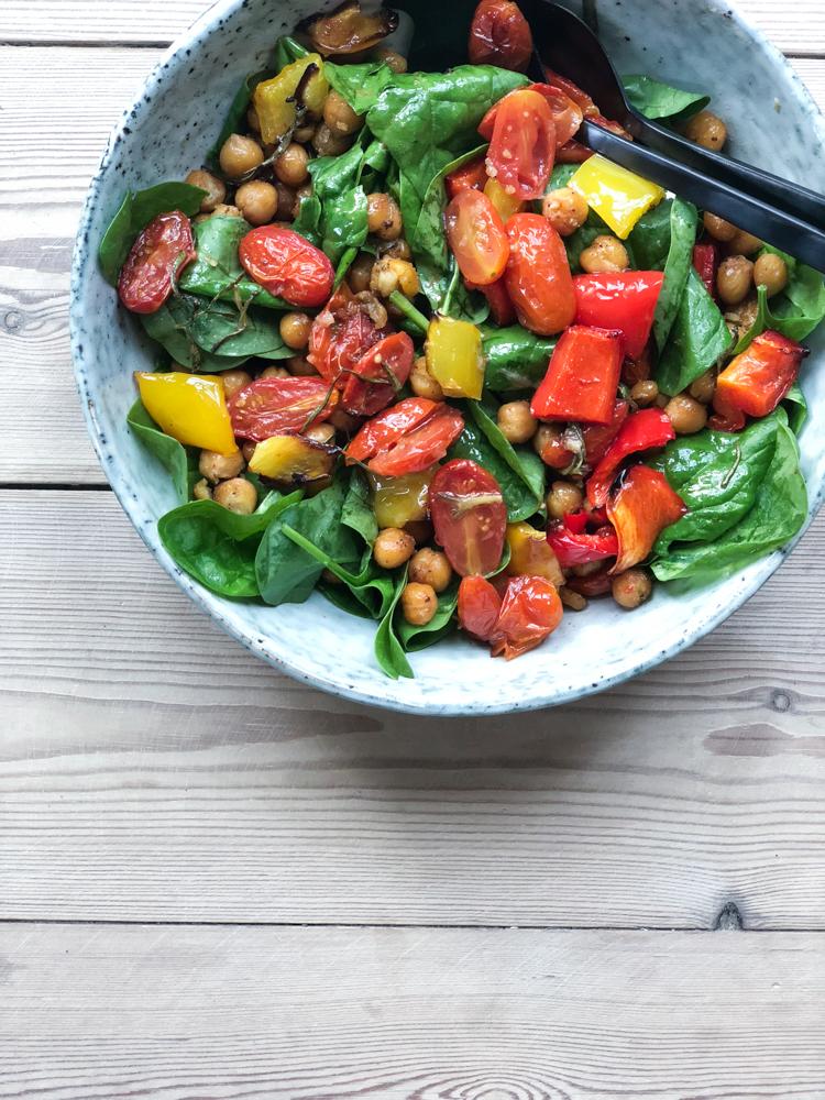 salat med hvidløgsbagte tomater