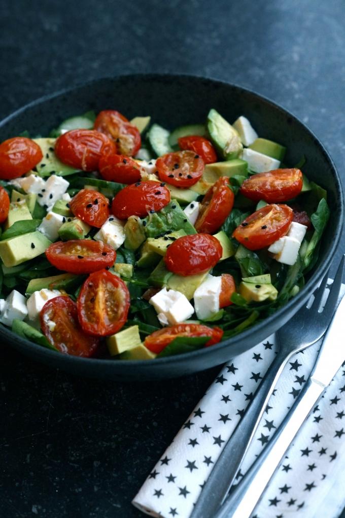 salat med bagte hvidløgstomater