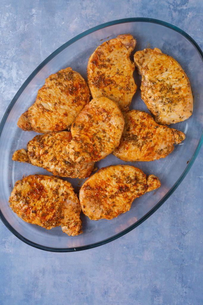 koteletter i fad med bagte blomkål
