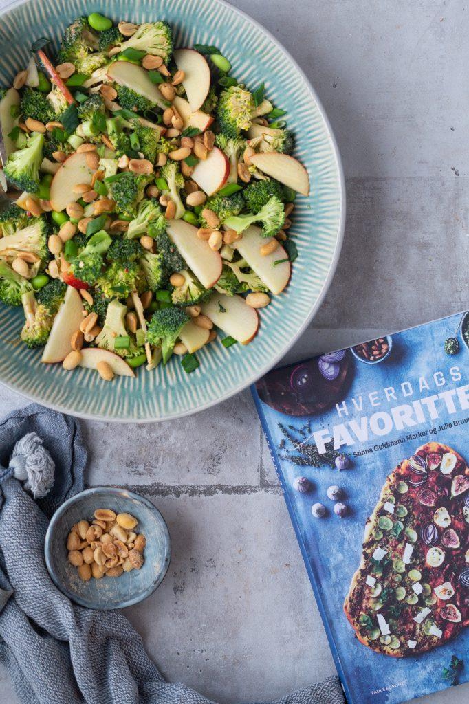 Broccolisalat med peanutbutterdressing