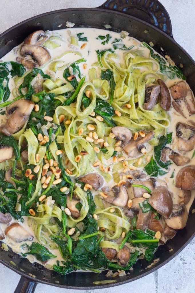 Spaghetti med spinat og champignonsauce